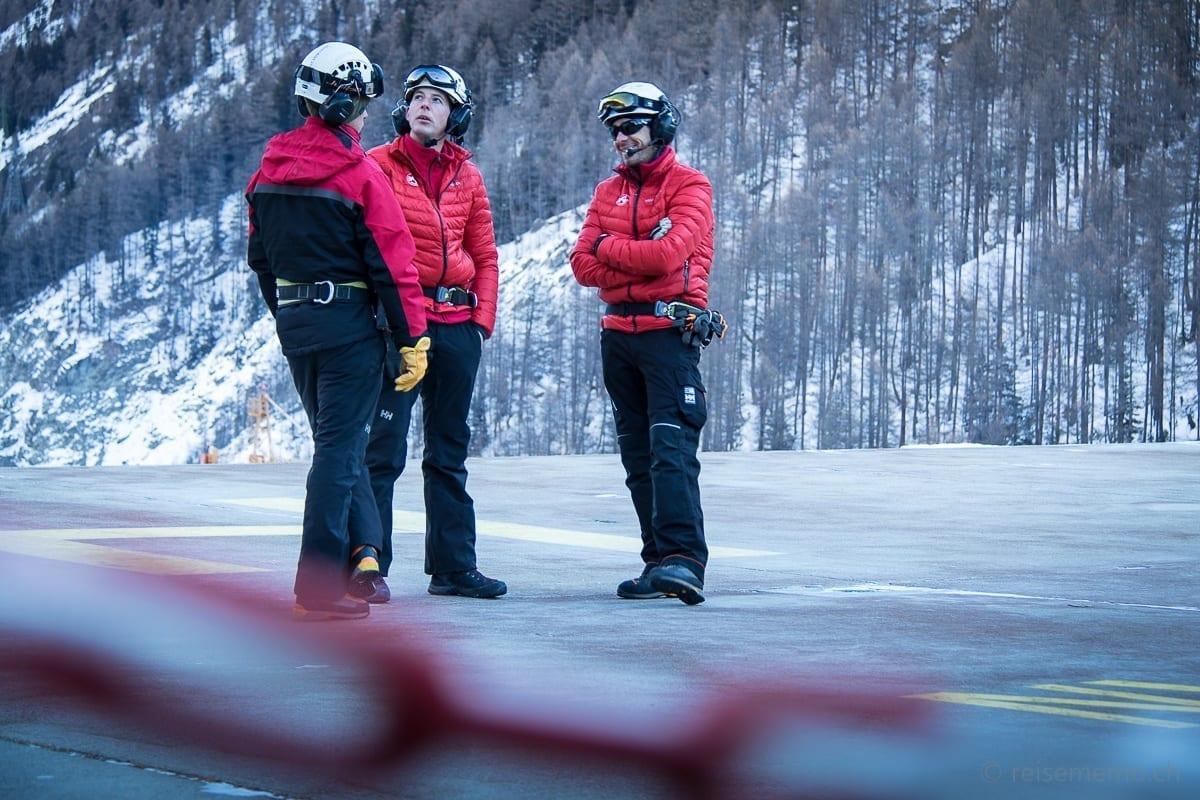 Oliver Fuchs und Kollegen warten auf Helikopter