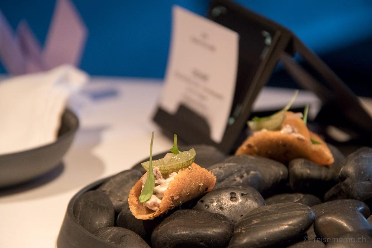 Apérohäppchen mit Taco serviert auf Stein