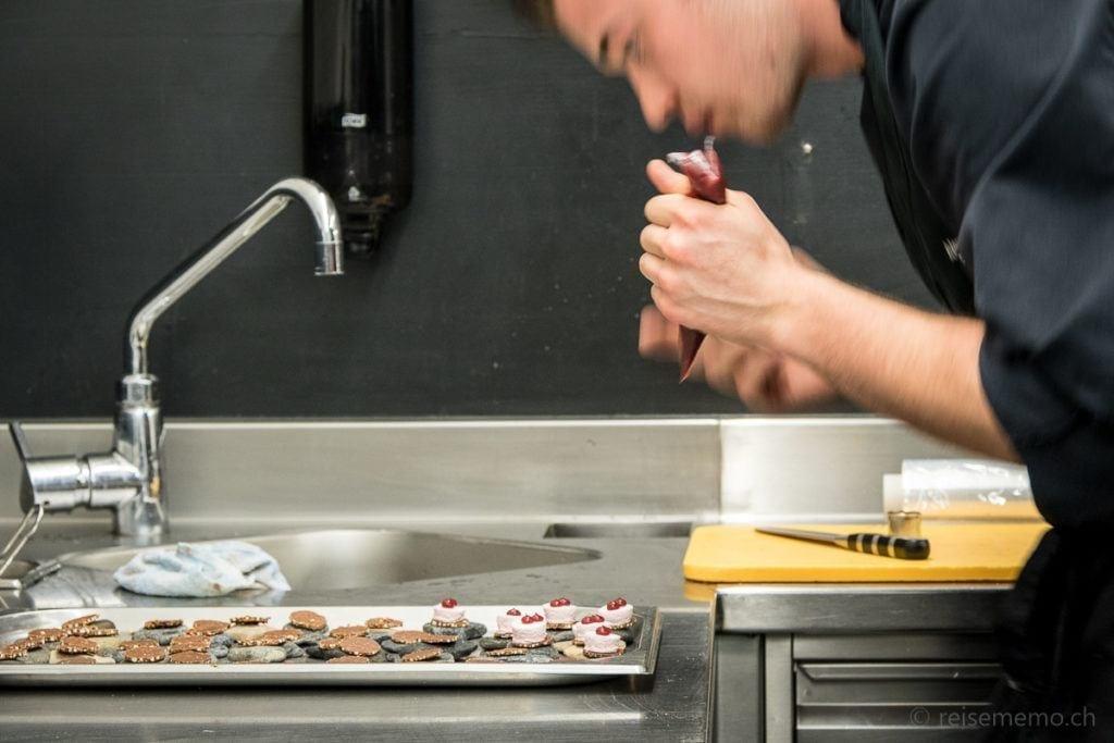 Vorbereitung mit Präzision in der Küche von Andreas Caminada
