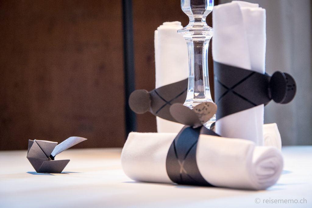 Elegantes Tischgedeck mit Origami