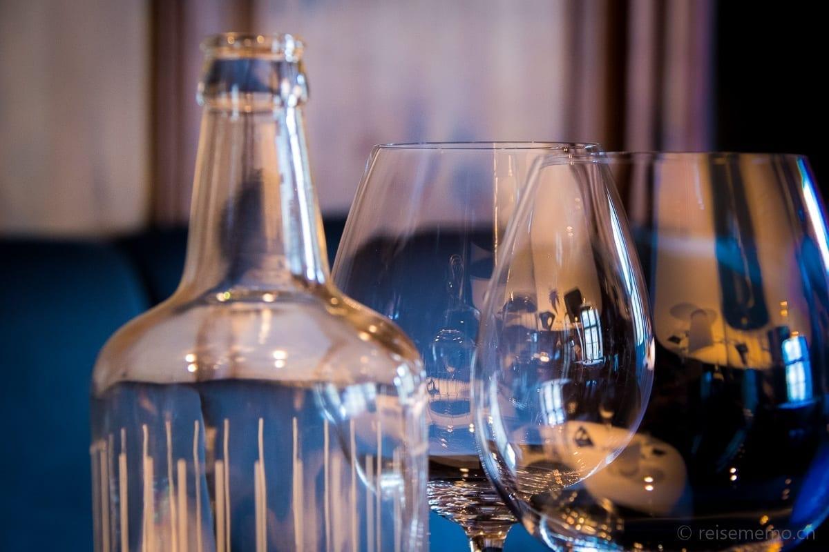 Wasserflasche mit reflektierenden Weingläsern