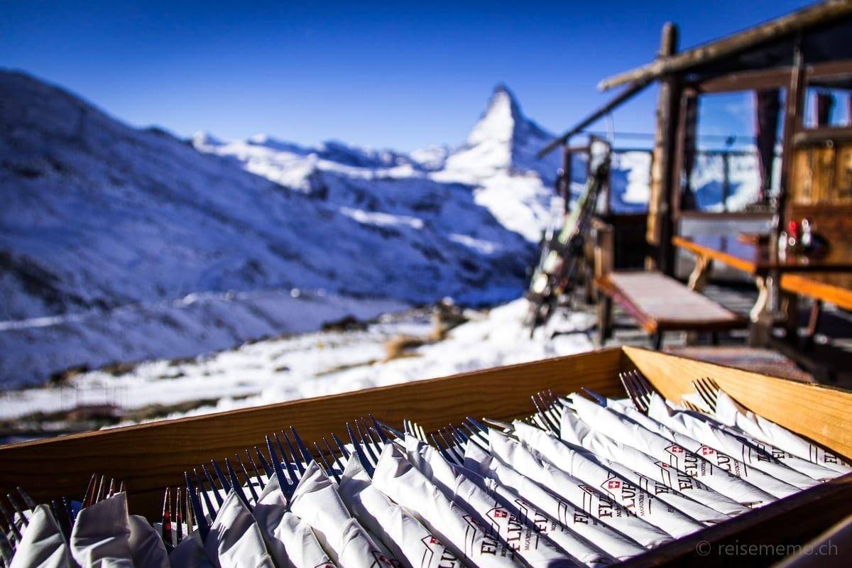 Besteck auf der Fluhalp-Terrasse mit Aussicht auf's Matterhorn