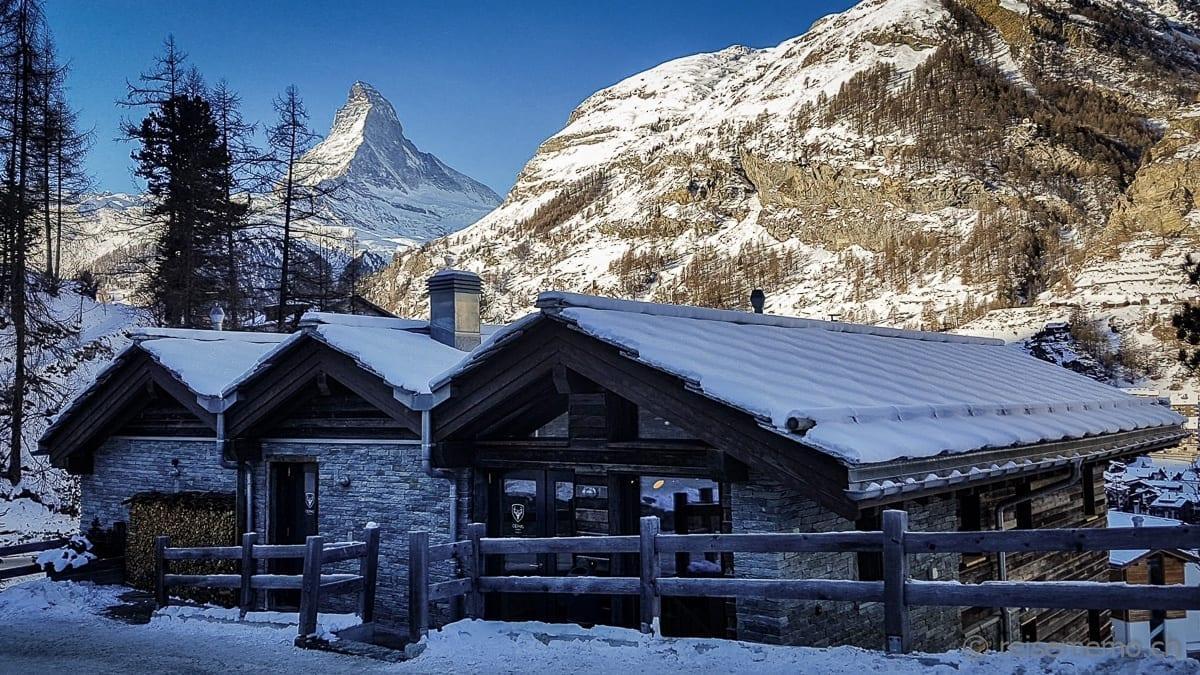 Chalets des Cervo Mountain Boutique Hotels mit Aussicht auf das Matterhorn