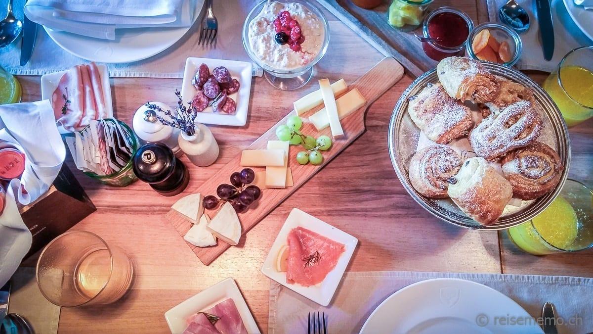 Käse, Birchermüesli und weiteres Brunch-Menu