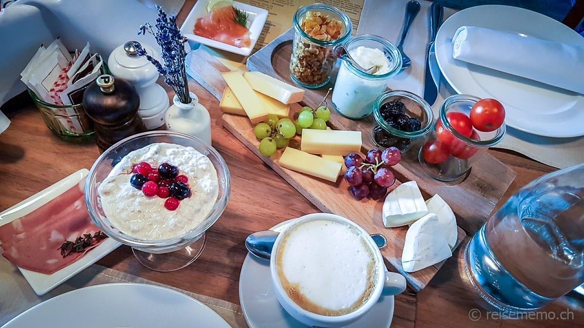 Birchermüesli, Käse, Lachs, Kaffee vom Sonntags-Brunch