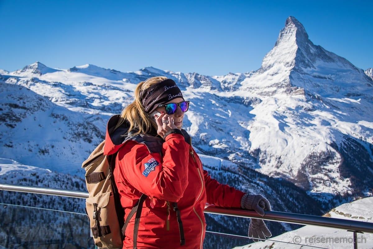 Corinne Ulrich von Zermatt Tourismus vor dem Matterhorn