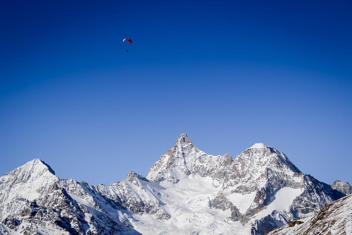 Gleitschirmflieger vor Dent Blanche, Ober Gabelhorn und Wellenkuppe