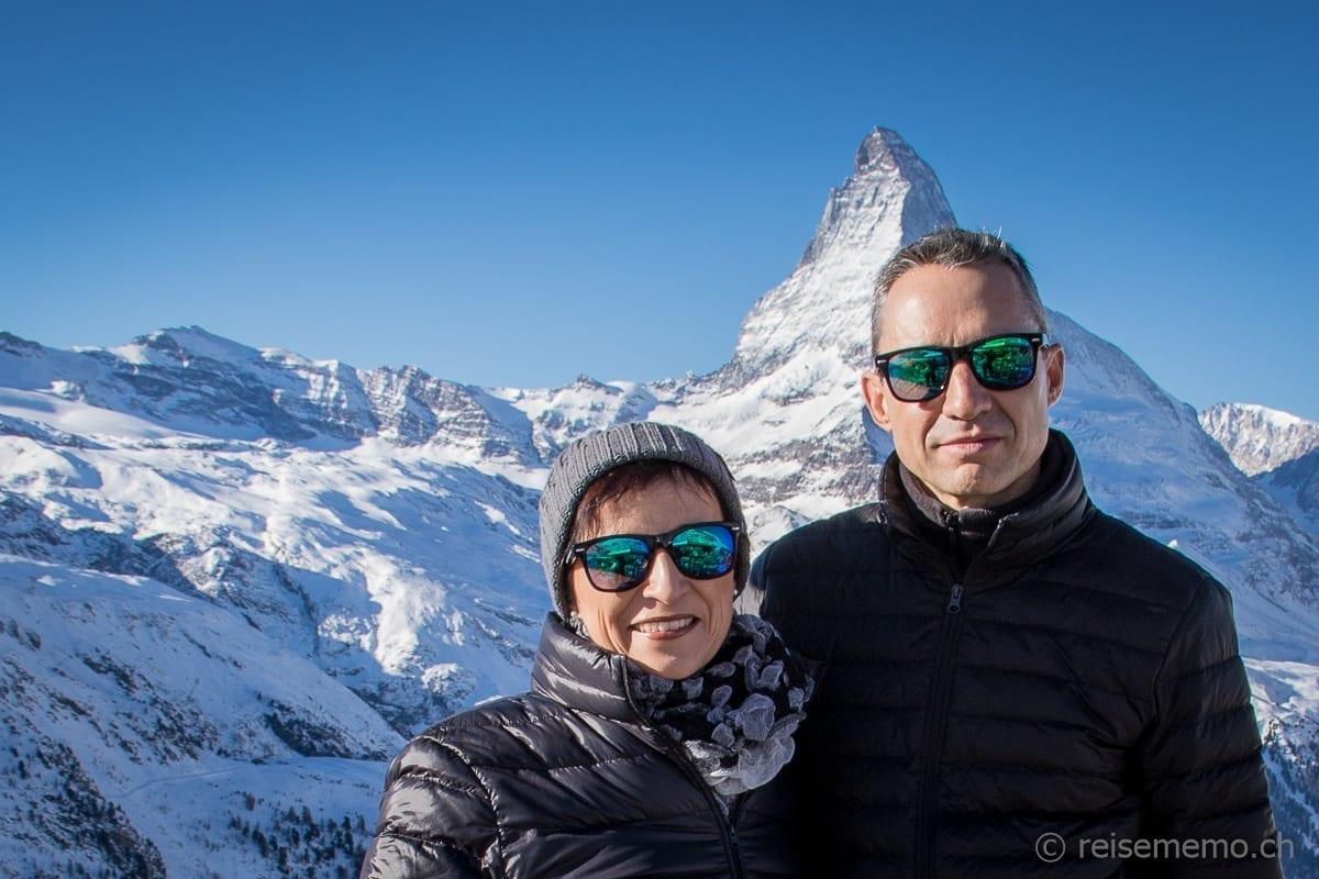 Katja und Walter Schärer mit Zermatt Sonnenbrillen vor dem Matterhorn