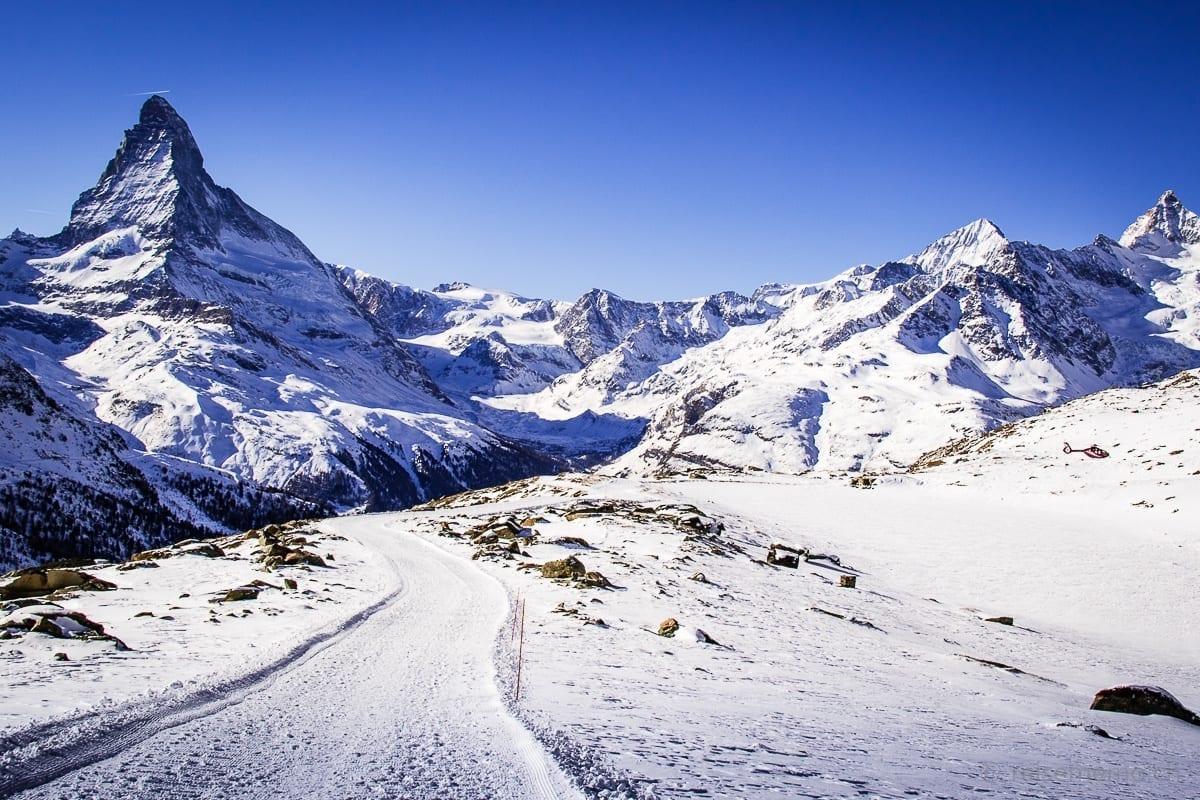 Matterhorn und Wanderweg mit Air Zermatt Helikopter