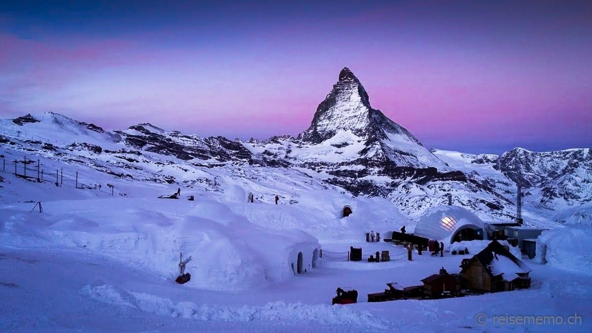 Morgenrot über dem Iglu-Dorf Zermatt mit Matterhorn im Hintergrund