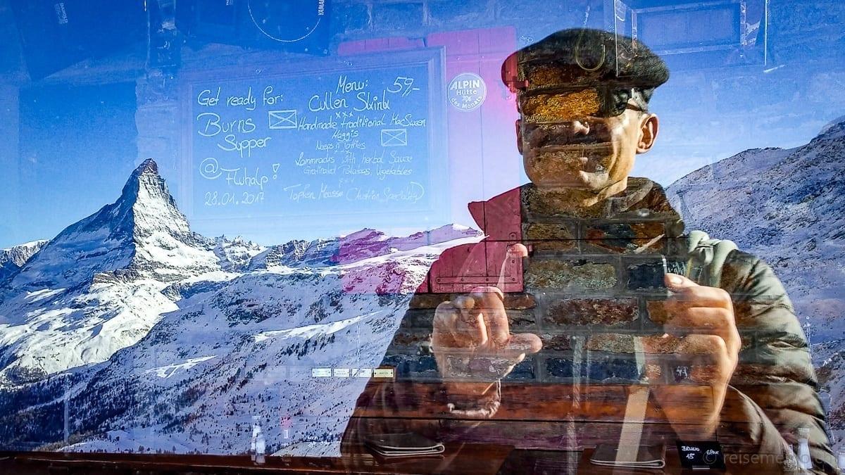 Walter Schärer mit Menukarte mit Aussicht auf's Matterhorn