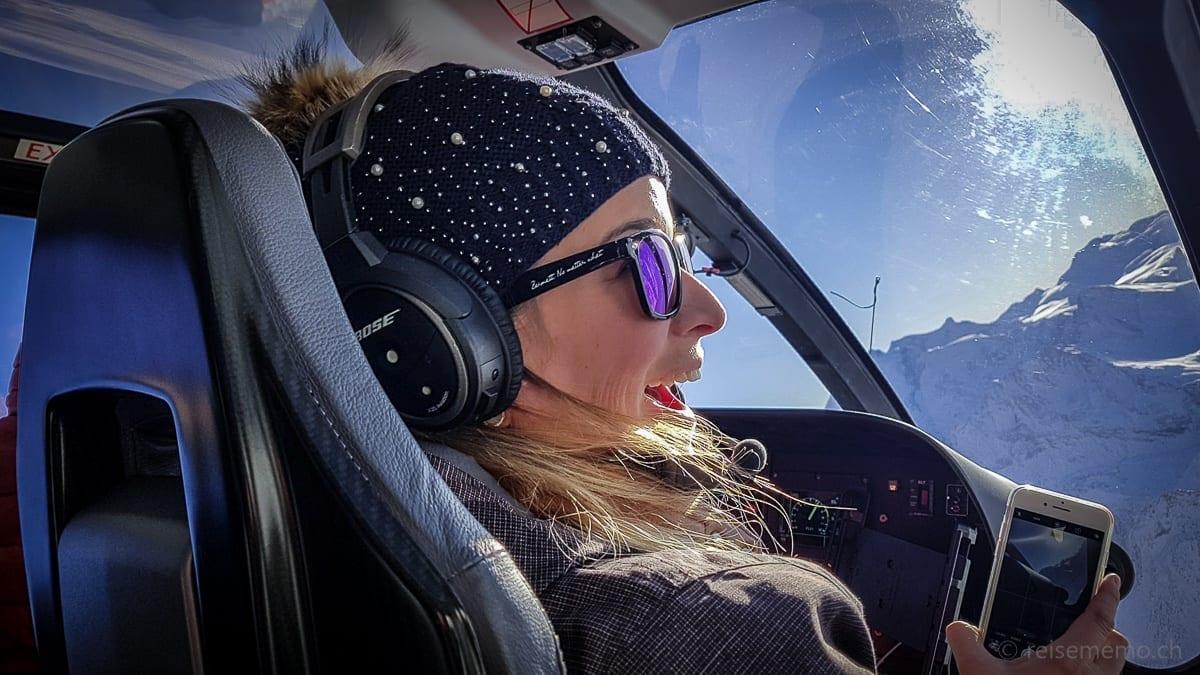 Instagrammerin Nicole Hunziker im Eurocopter der Air Zermatt