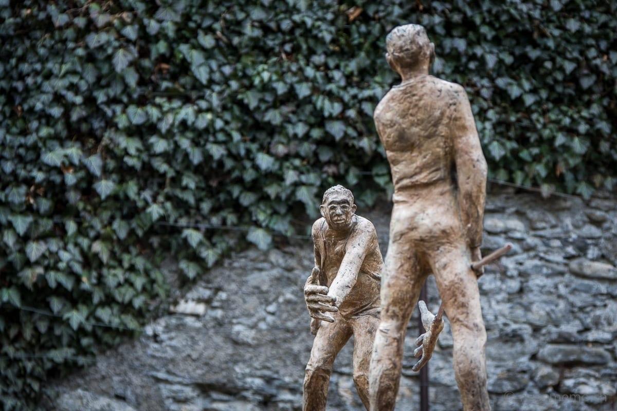 Plastik zweier Männer mit stilisierten Mistgabeln im Schlossgarten