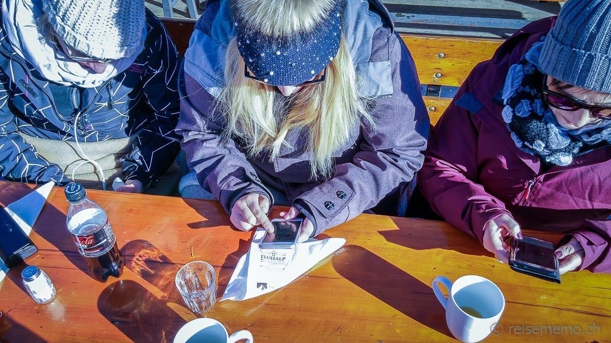Reiseblogger und Instagrammer beim Essen