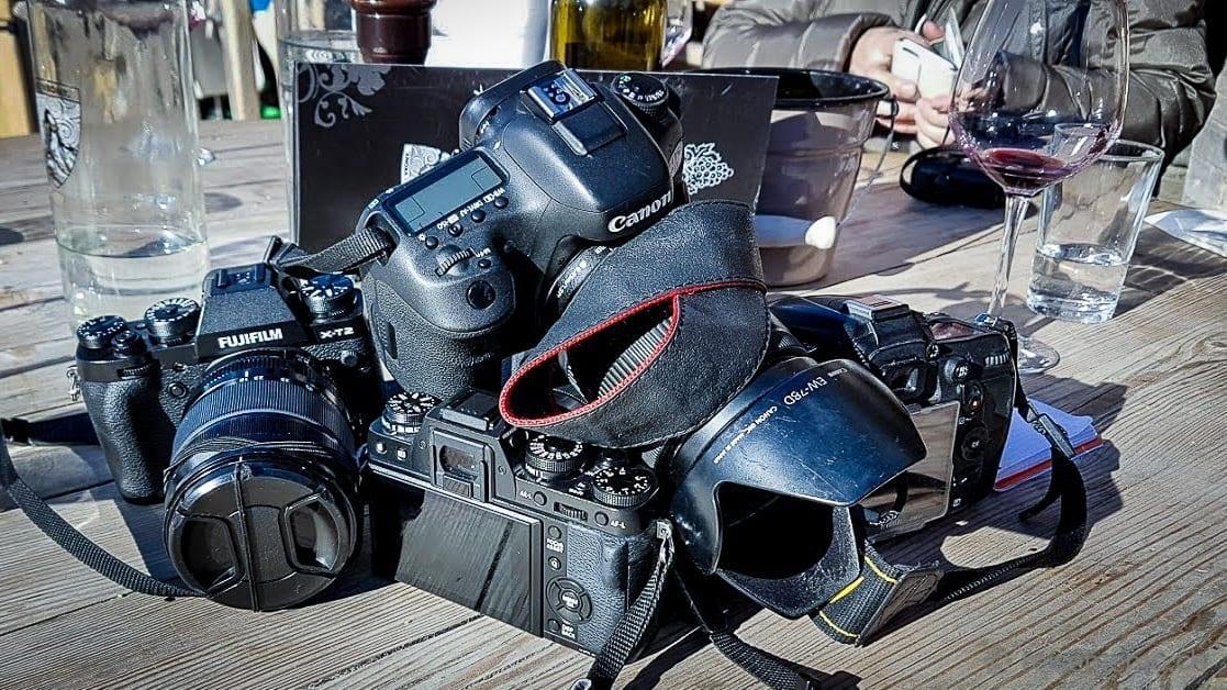Reiseblogger-Kameras beim Essen