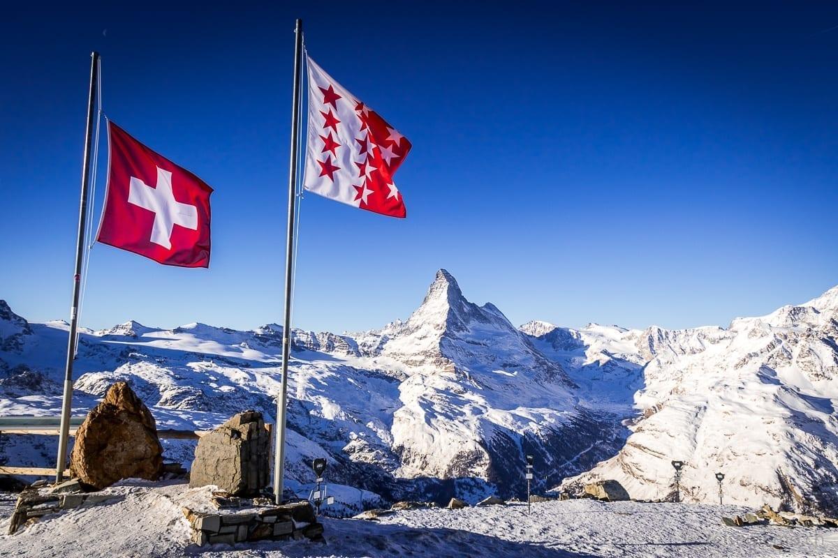 Rothorngipfel mit Matterhorn im Hintergrund