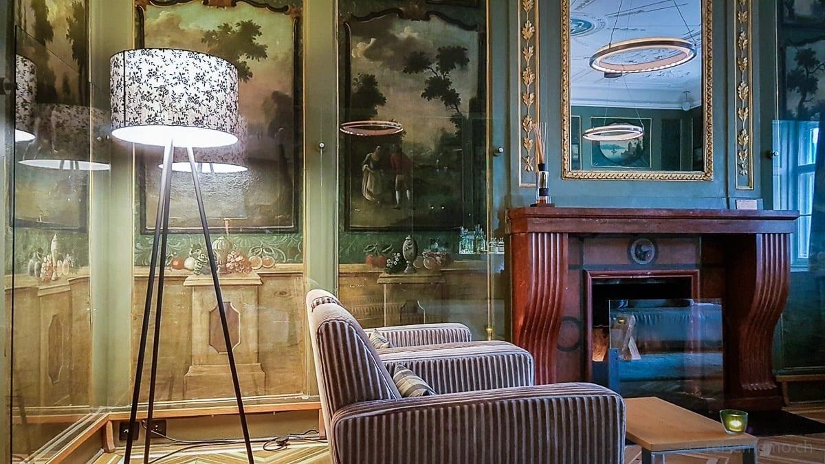 Stilvolle Leuchte und Cheminée in der Lounge