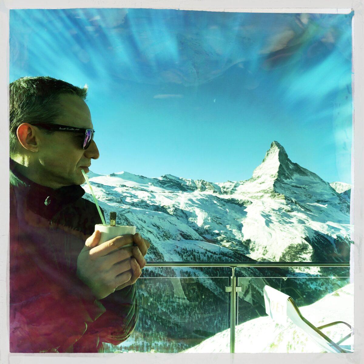 Walter Schärer in der Blue Lounge vor dem Matterhorn