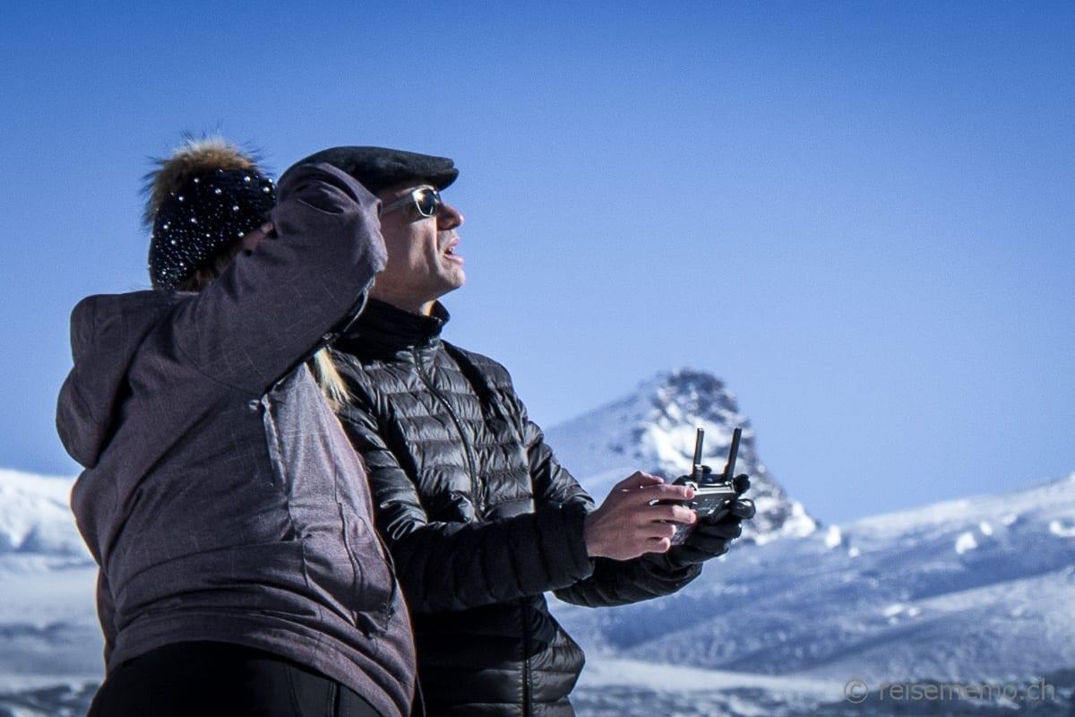 Nicole Hunziker und Walter Schärer beim Drohnenflug über der Fluhalp