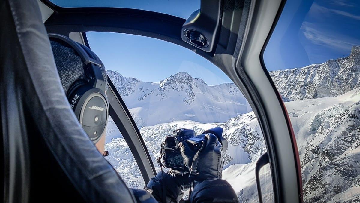 Reiseblogger Walter Schärer filmt den Helikopterflug