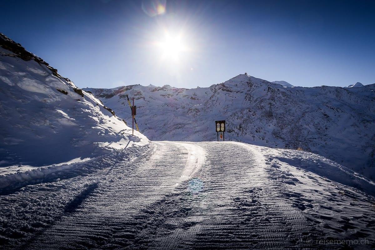 Präparierter Winterwanderweg vor Sonnenuntergang