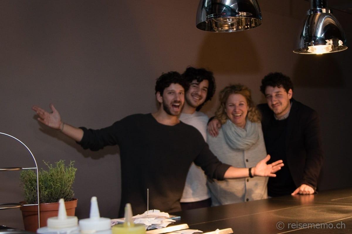 Haya Molcho mit drei ihrer vier Söhne in der Hotelküche