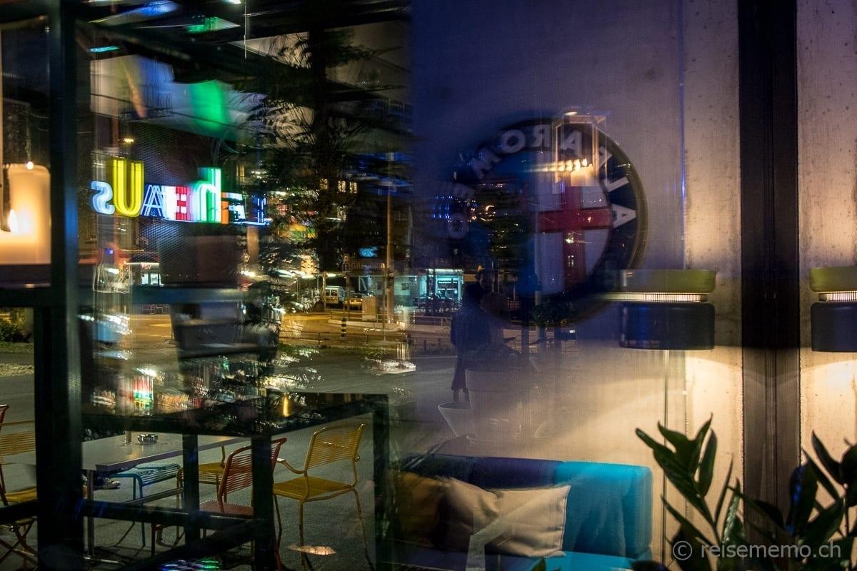 Nächtliche Aussicht vom NENI Restaurant mit Spiegelung des Interieurs