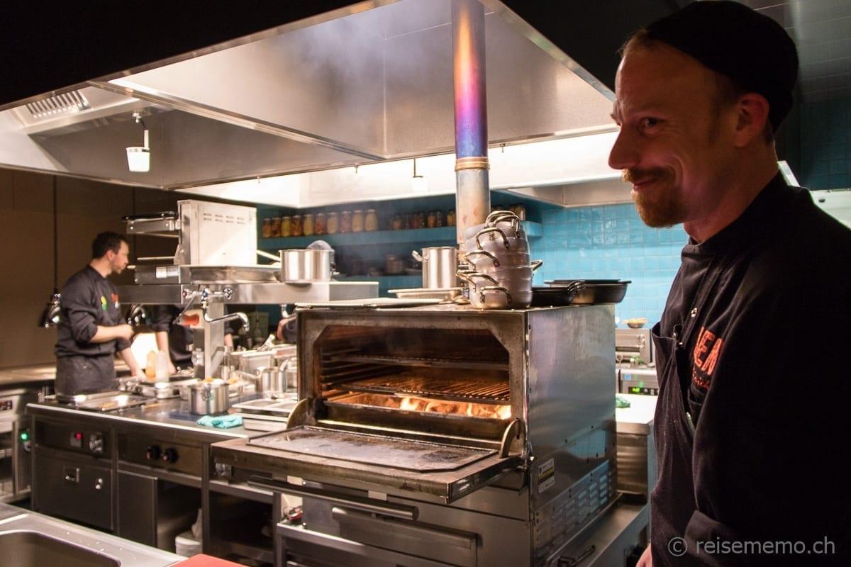 Offene Küche im NENI Restaurant mit Koch und Jesper-Grill