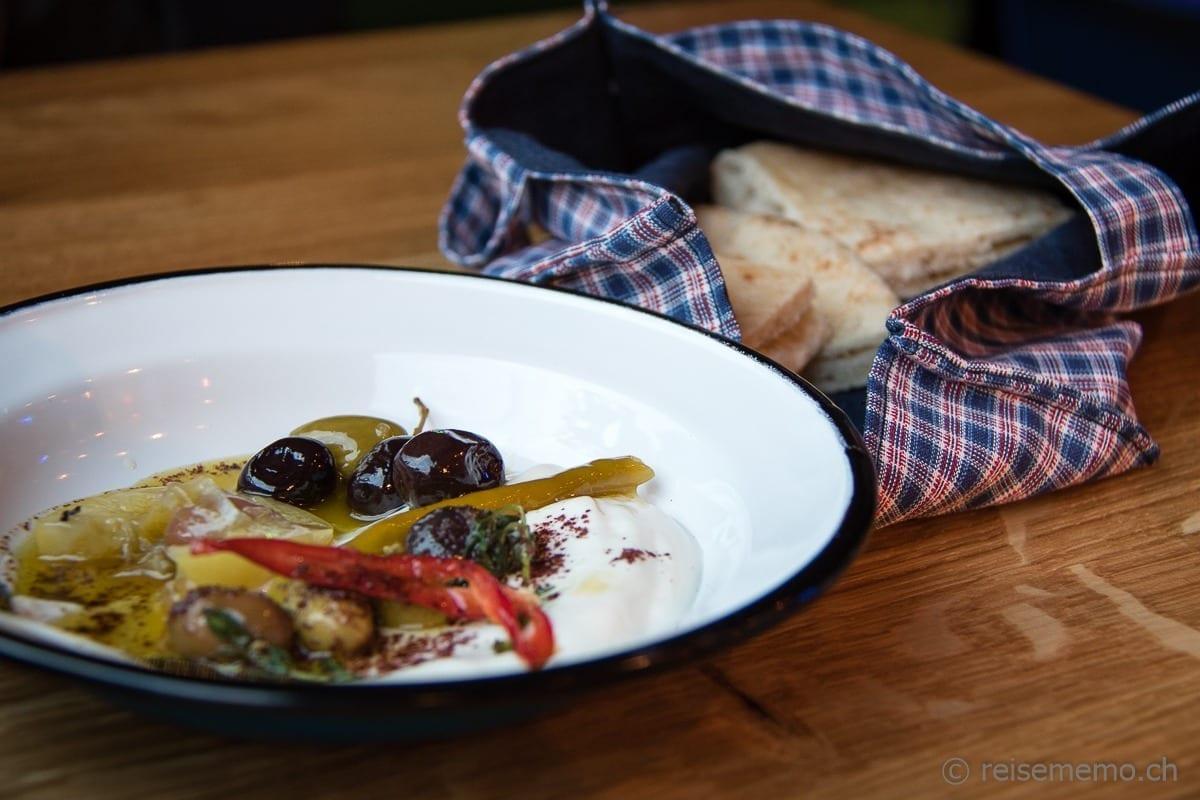 Vorspeise mit Oliven und Pita