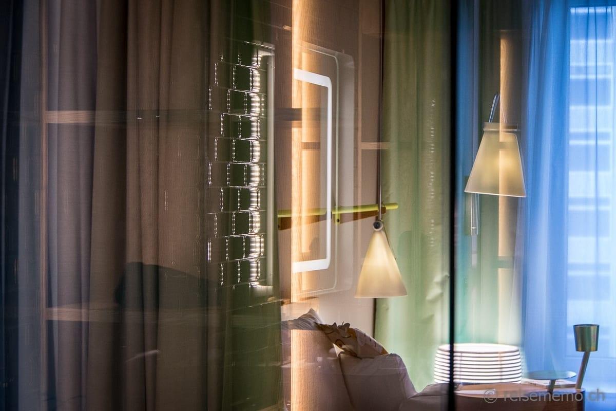 Blick durch die Dusche des Hotelzimmers