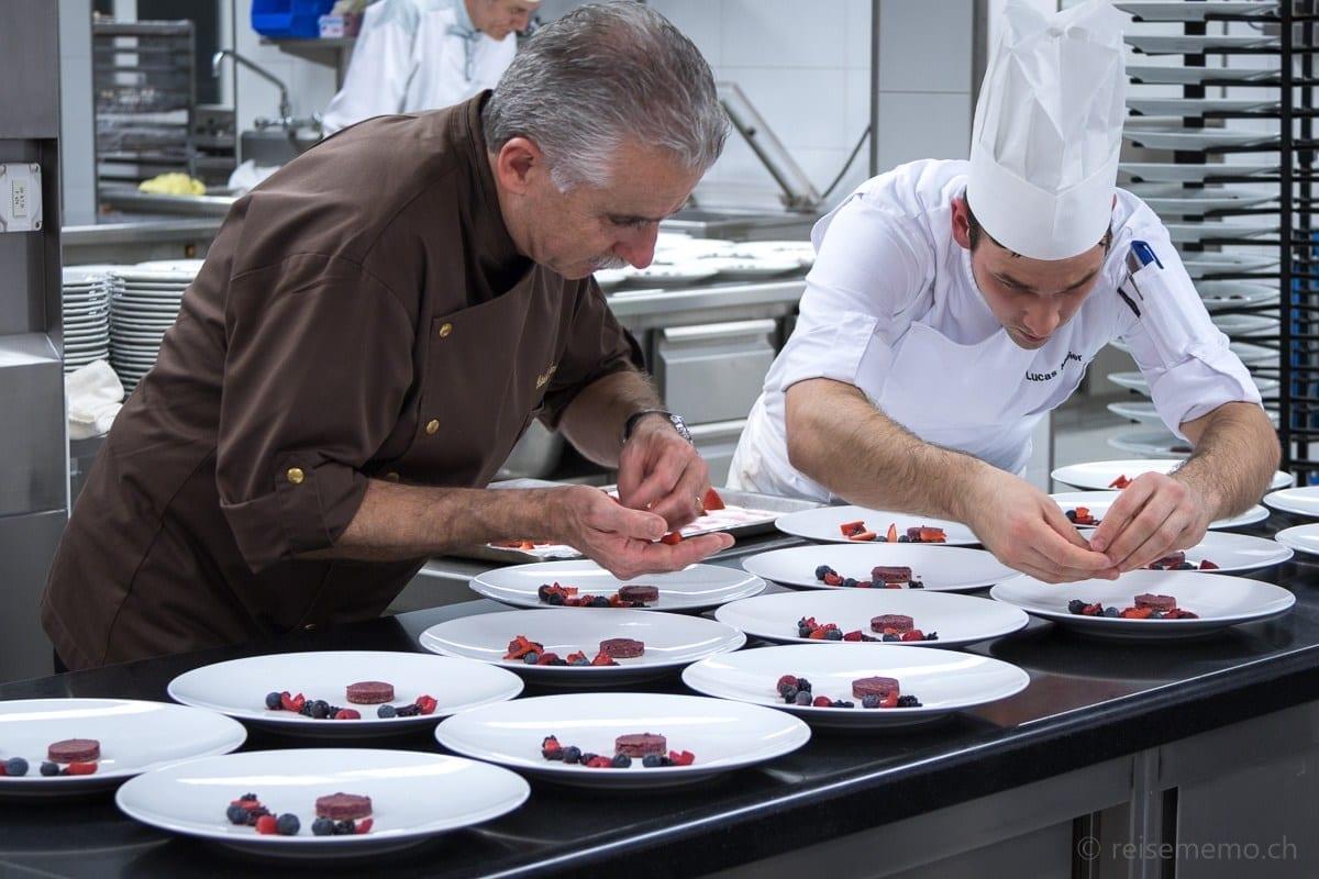 Cailler Chocolatier und Bellevue Sous-Chef am Dessert