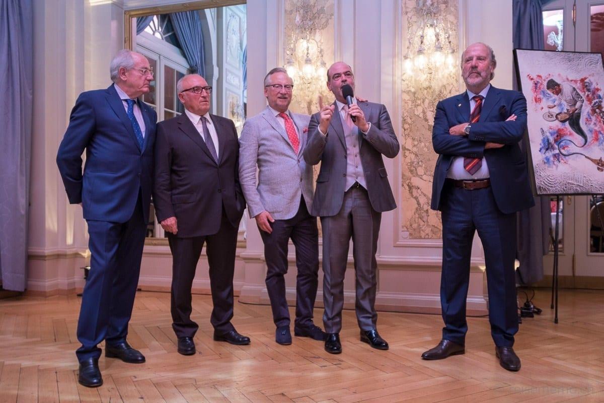 Dany Stauffacher (Mitte) mit den Weinproduzenten von Quattramani