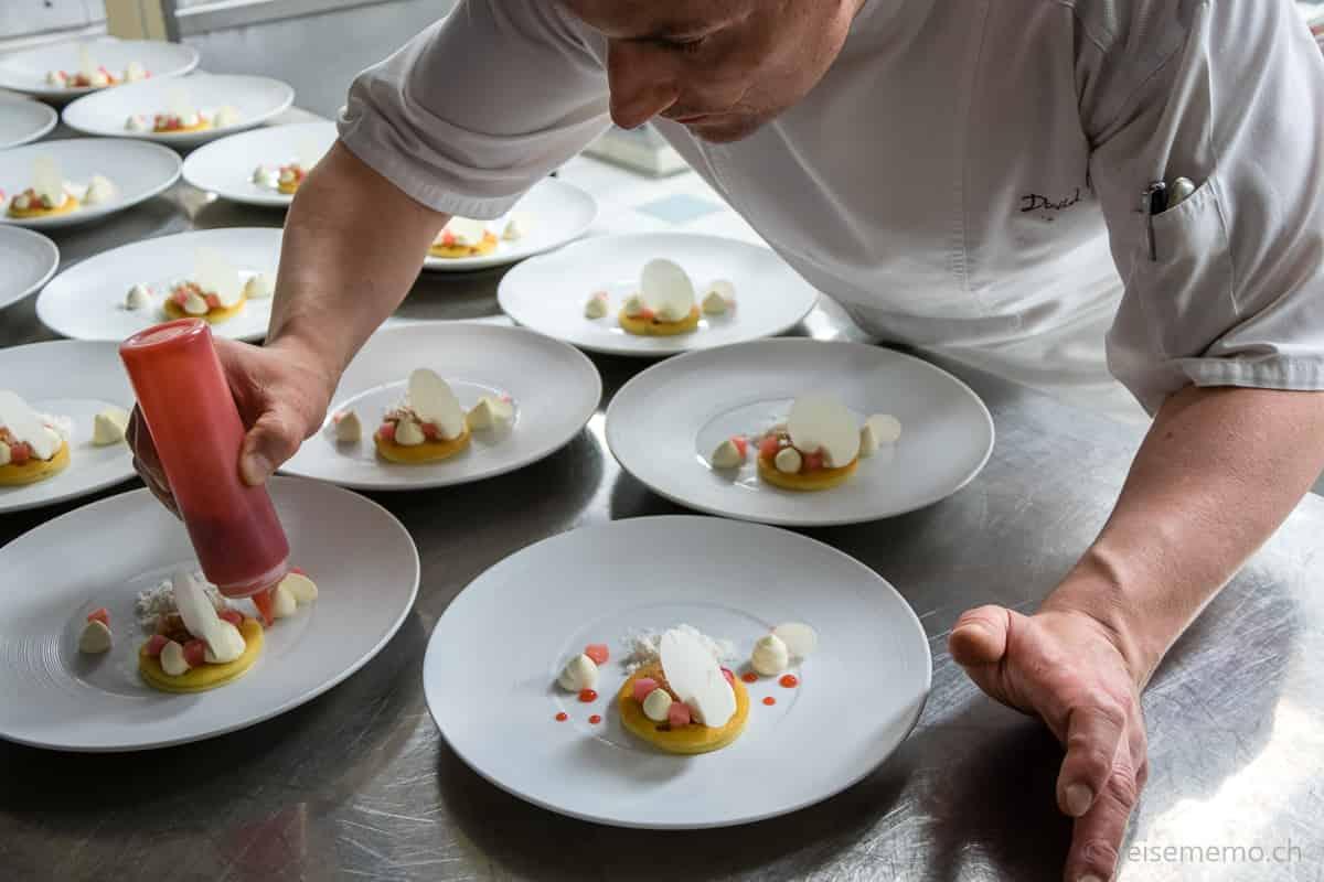 Chef-Patissier David Potier bereitet Rhabarber-Dessert zu