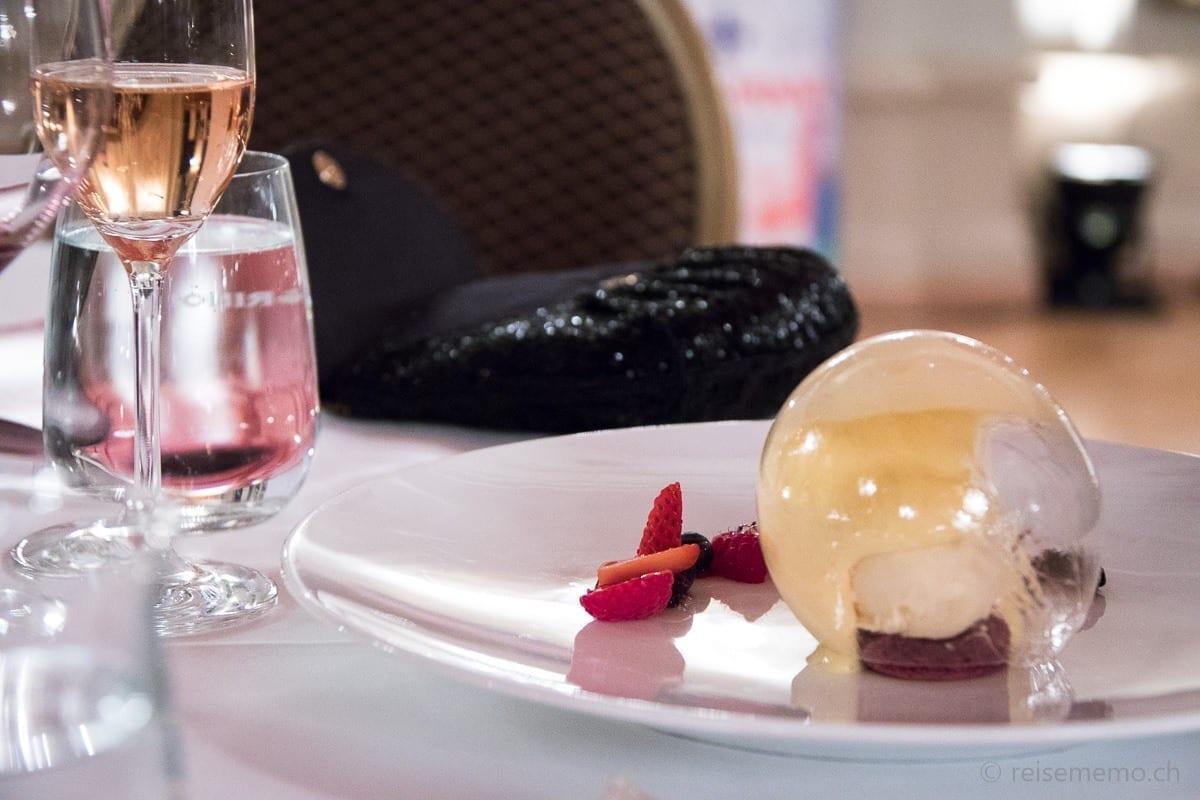 Dessert: Eis-Sphäre mit Yuzu-Waldmeister Sabayon Berghonig Eis  und rote Beeren