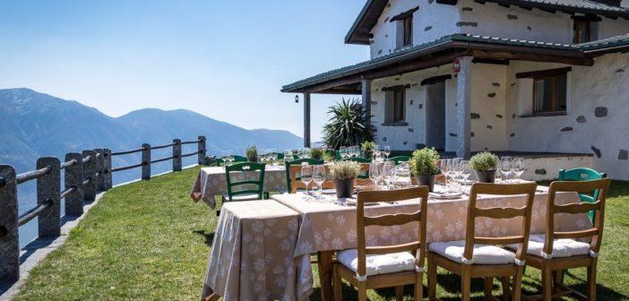 Tische im Garten des Rustico Castello del Sole