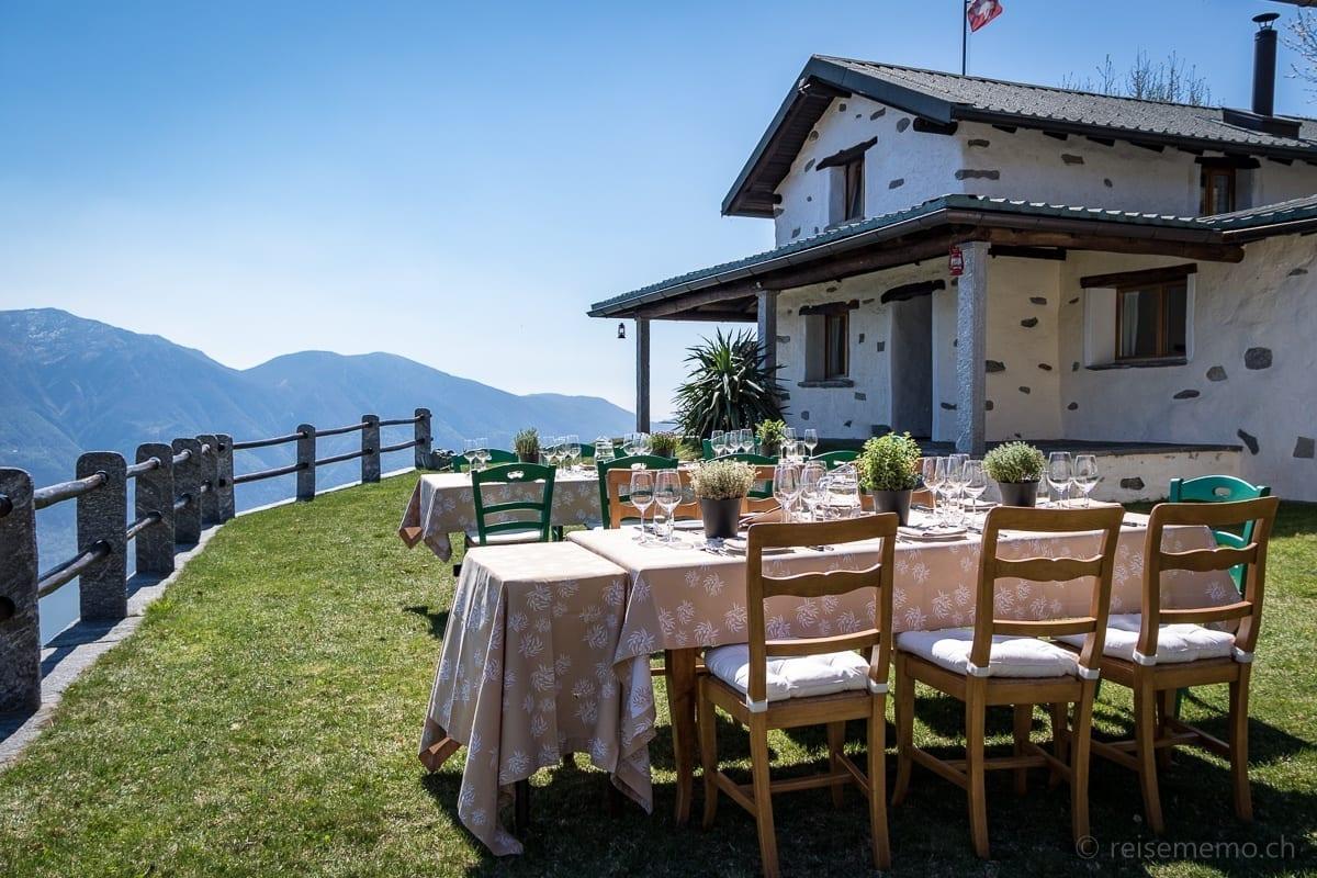Tische im Garten des Rustico del Sole