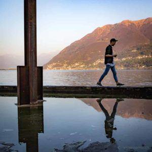 Instagrammer Fabio Zingg bei der Stahlstele von James Licini am Lago Maggiore