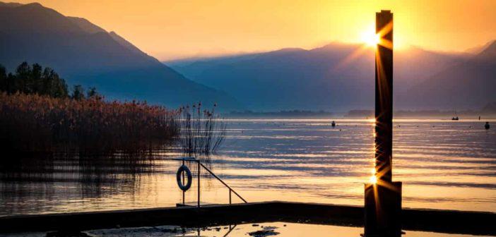 Stahlstele von James Licini im Sonnenaufgang am Lago Maggiore