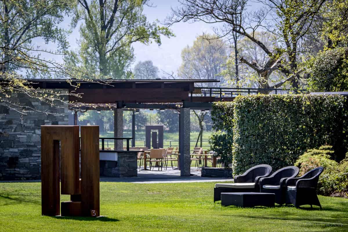 Stahlplastiken von James Licini im Park des Castello del Sole