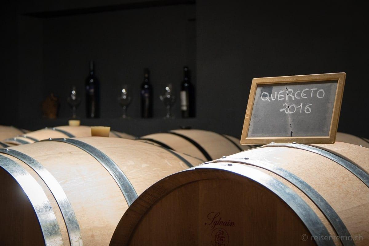 Weinfässer im Weinkeller der Terreni alla Maggia
