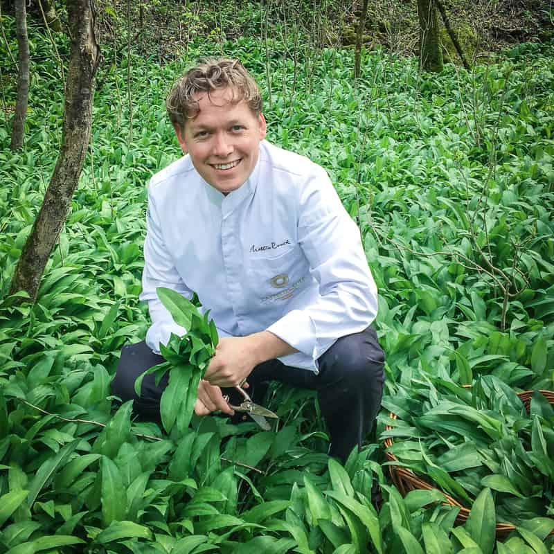 Executive Chef Mattias Roock im Element: Bärlauch aus dem eigenen Hotelpark