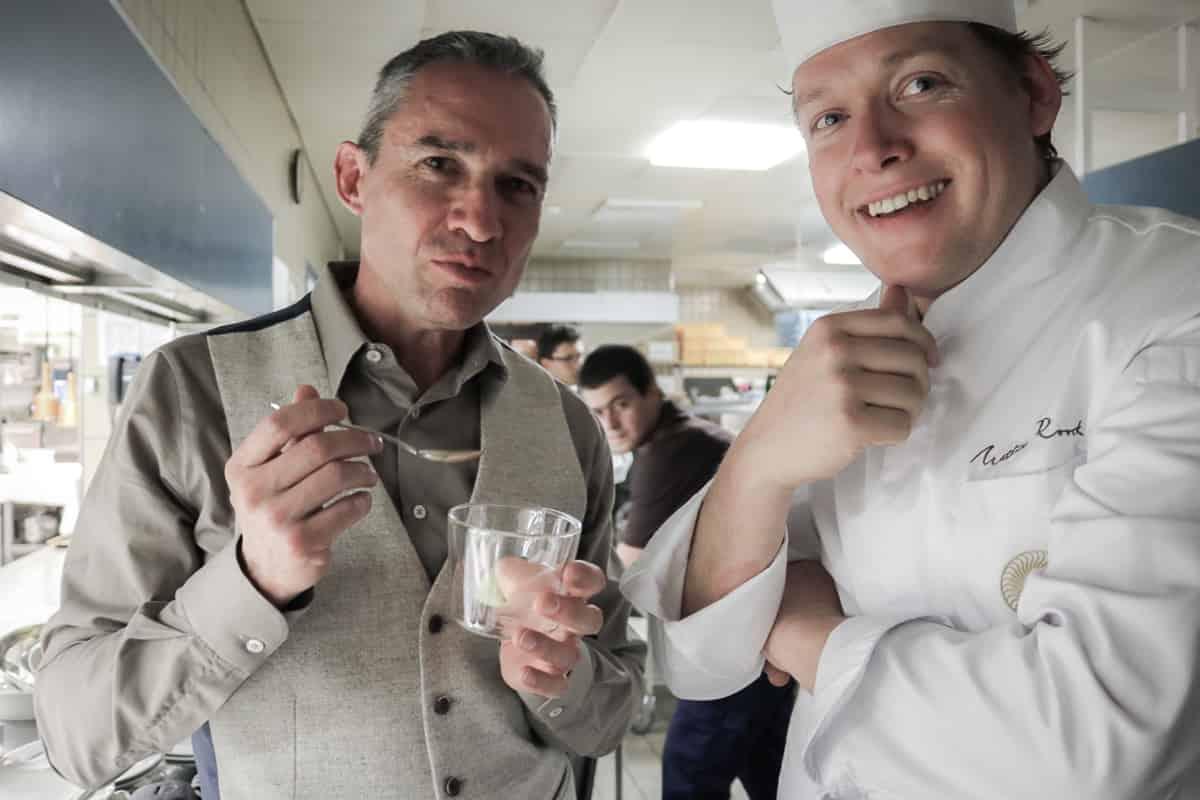 Walter Schärer mit Chef Mattias Roock in der Küche des Castello del Sole