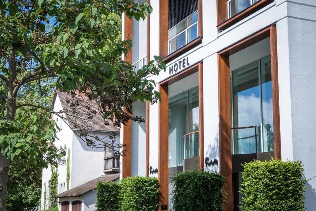 Eingang ins elegante Riva Hotel