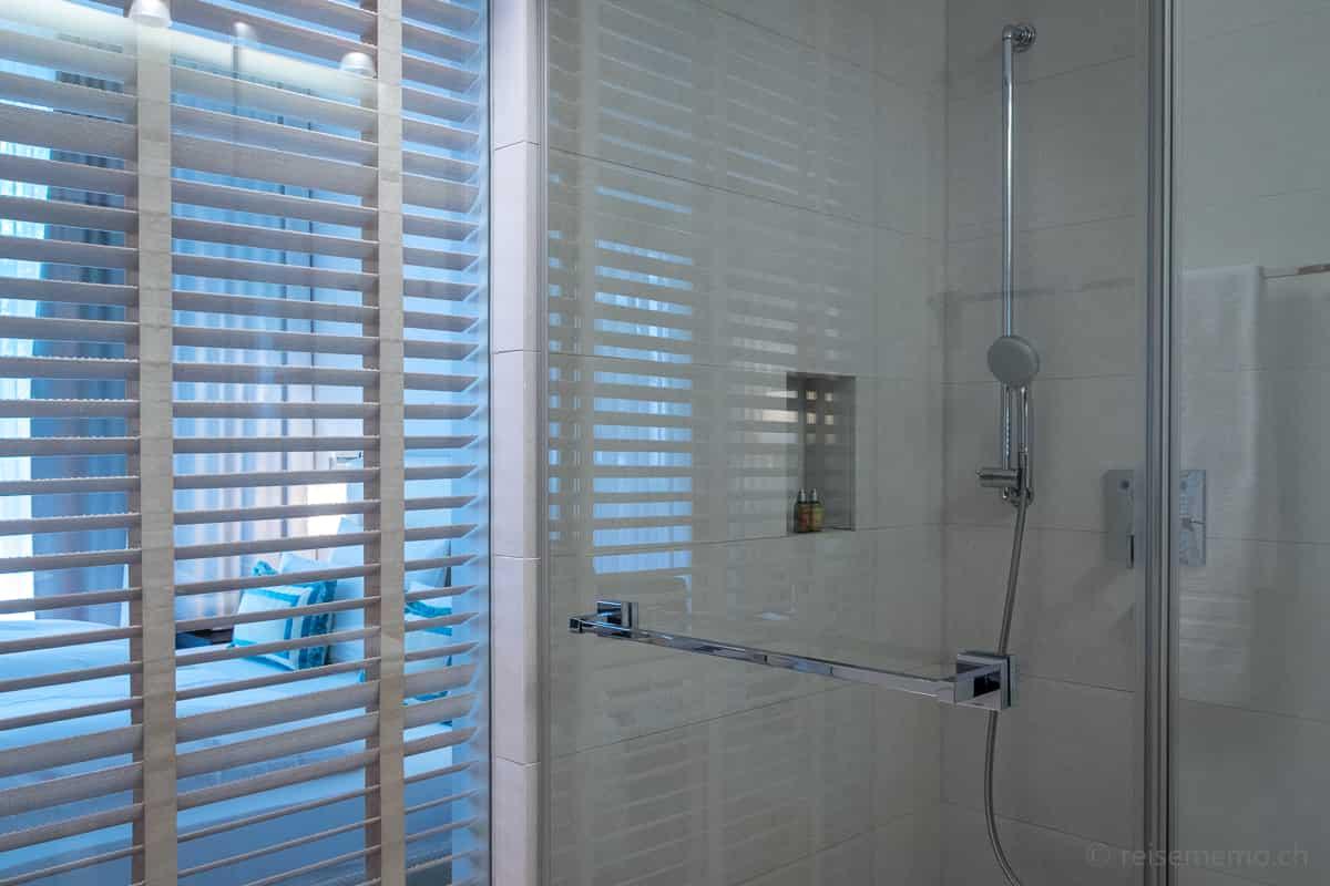Dusche mit Durchblick ins Hotelzimmer des Riva Konstanz
