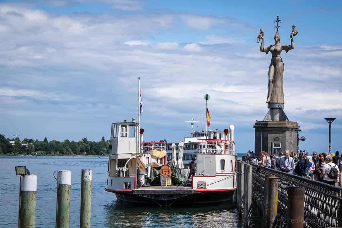 Fähre und Imperia im Hafen von Konstanz