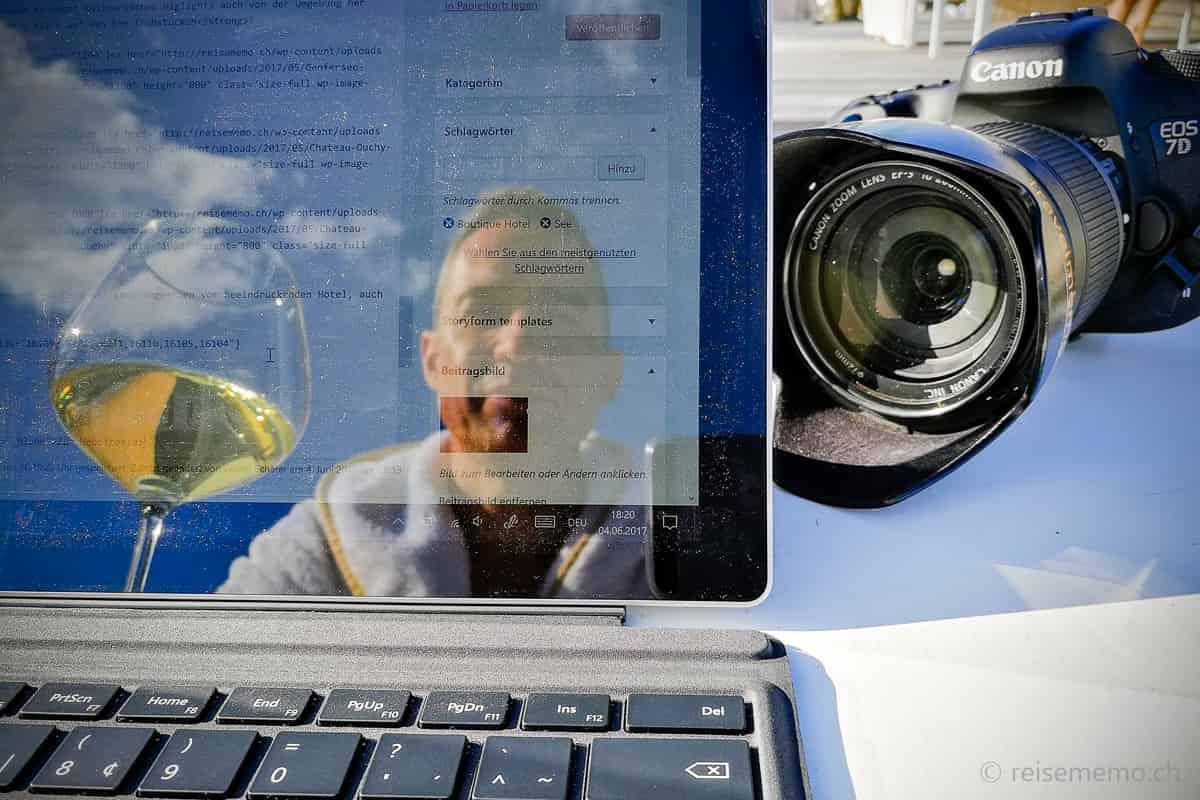 Reiseblogger Walter Schärer bei der Arbeit am Hotelpool des Riva Hotels Konstanz.