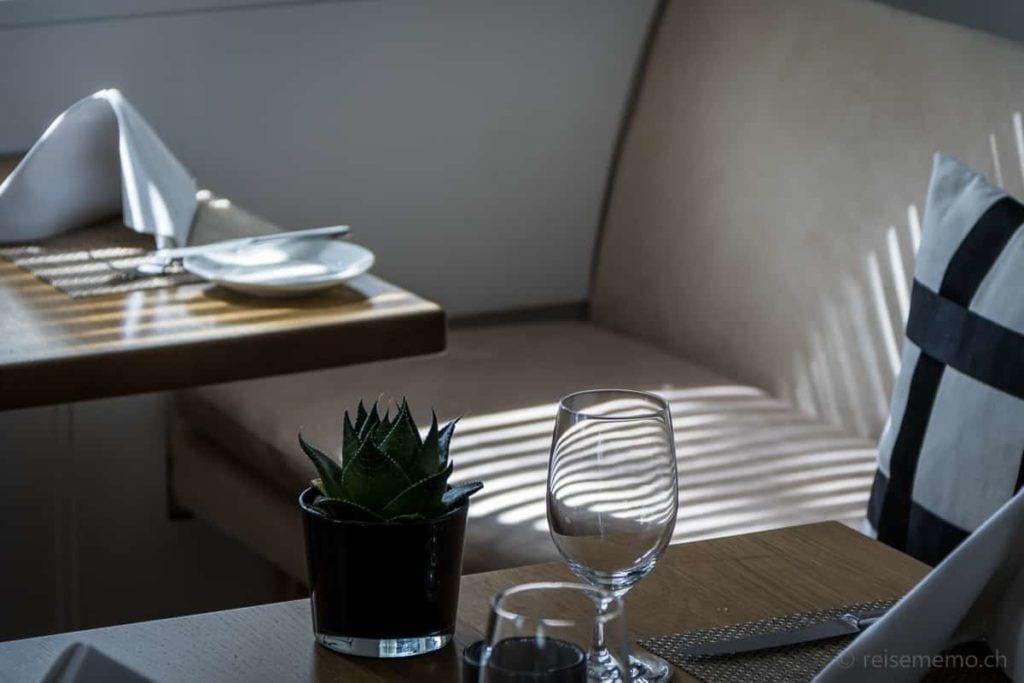 Schattenspiel im Seerestaurant Riva