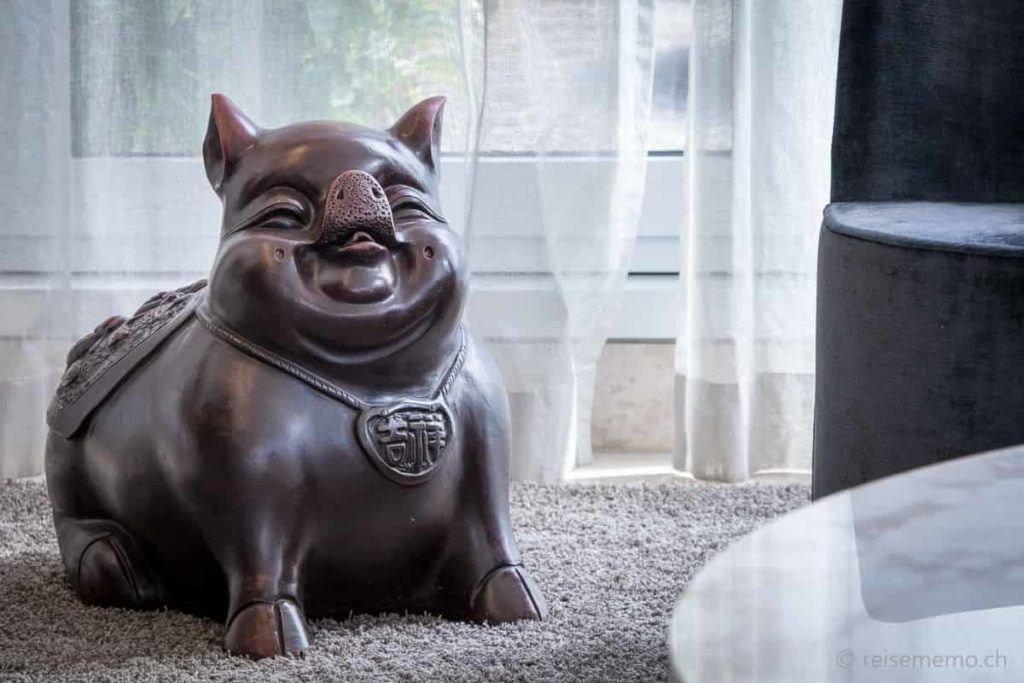 Vergnügtes chinesisches Glücksschwein bei der Réception