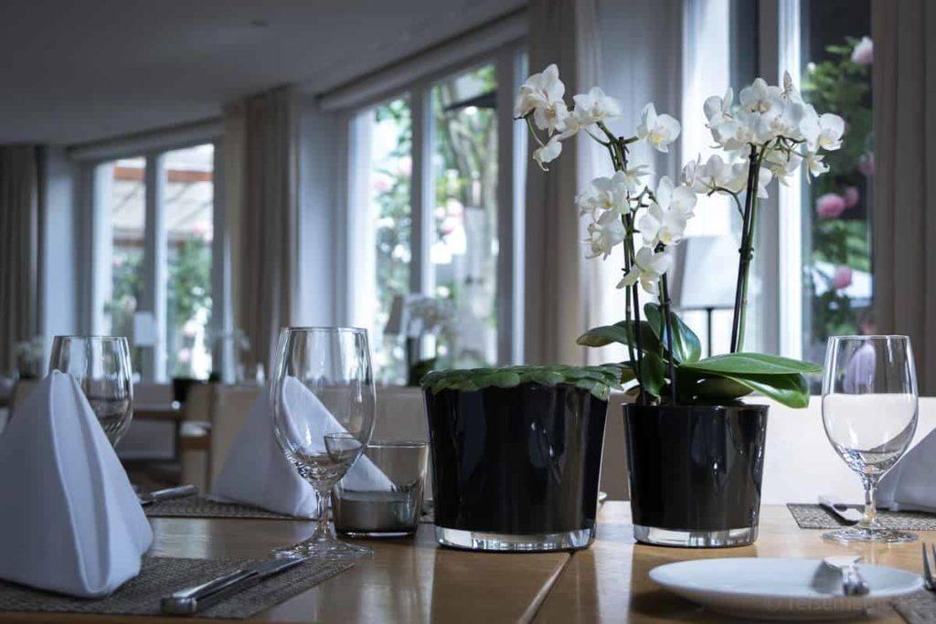 Tischgedeck mit Orchideen im Seerestaurant Riva