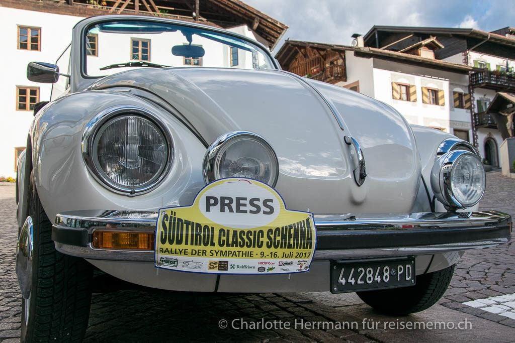 weisser VW Käfer mit Presseschild